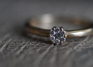 kamień w pierścionku